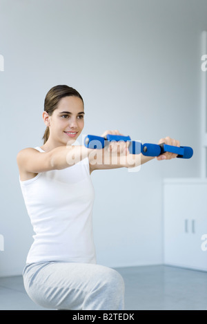 Frau, die das Training mit Hanteln - Stockfoto