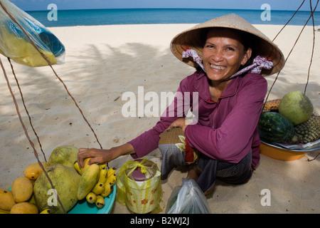 Konische Hut Frau tropischen Obstverkäufer Long Beach Phu Quoc Island, Vietnam Stockfoto, Bild ...