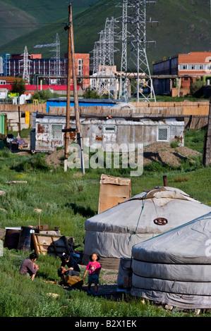 Arme Familien neu angekommen in Ulaanbaatar Tonhöhe ihrer Gers - fühlte sich Nomadenzelten - im Schatten der die - Stockfoto
