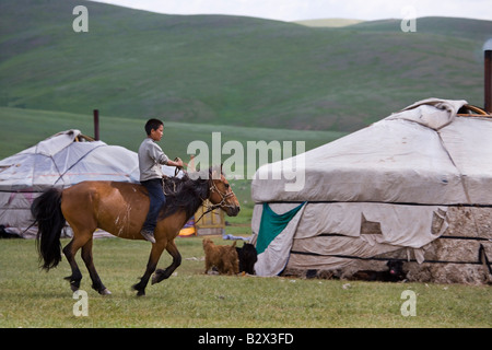 Junge auf einem Pferd außerhalb seiner Familie Ger - einem traditionellen Filz Zelt. Seine Familie sind Nomaden - Stockfoto