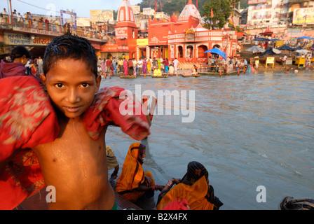 ein kleiner Junge, der gerade fertig hatte, ein Bad im heiligen Fluss Ganges war in meinem Objektiv suchen. - Stockfoto