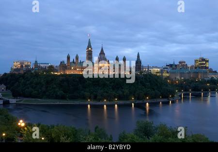 Abend-Blick auf den Parliament Hill in Ottawa River, Ottawa, Kanada - Stockfoto