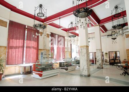 https://l450v.alamy.com/450vde/b2yhka/typischen-art-deco-interieur-design-bildet-in-der-innenstadt-kairos-bekannte-caf-groppi-b2yhka.jpg