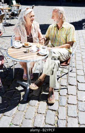 Paar am Café-Tisch sitzen - Stockfoto