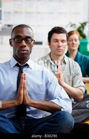 Business-Leute, die meditieren - Stockfoto