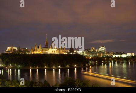 Abend-Blick über den Ottawa River, auf dem Parliament Hill, Kanada - Stockfoto