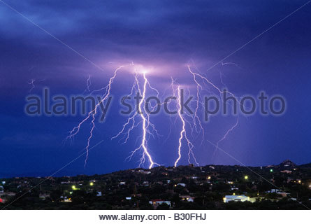 Dramatische schwere Gewitter, Blitz über Oracle Arizona North East Catalina Mountain Range Arizona USA - Stockfoto
