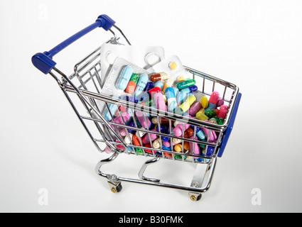 Warenkorb gefüllt mit Tabletten und Drogen-Blister - Stockfoto