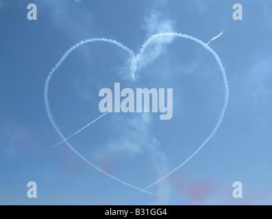 Royal Air Force Red Arrows Luftaufnahmen zeigen Team Formular ein Herz in den Himmel über Swanage Bay bei der Eröffnung - Stockfoto