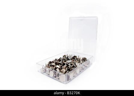 Schachtel mit Reißnägel, weißer Hintergrund - Stockfoto