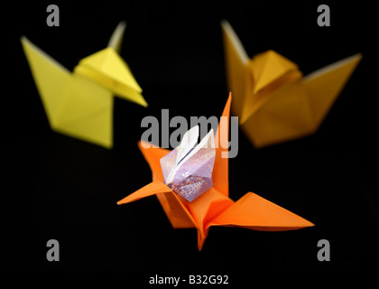Origami-Krähen, ein Kran und ein Kaninchen. - Stockfoto