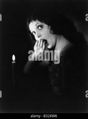 Frau mit Kerze Gähnen - Stockfoto