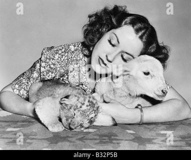 Frau mit Lamm und Löwe Cub schlafen - Stockfoto