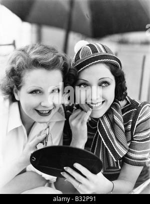 Zwei Frauen setzen auf Make-up - Stockfoto