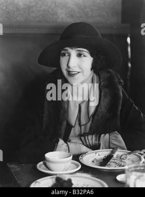 Porträt der lächelnde Frau nach Essen - Stockfoto