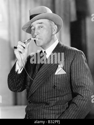 Porträt des Mannes Beleuchtung Zigarette - Stockfoto
