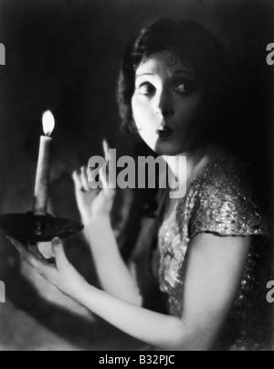 Portrait von furchtbaren Frau mit Kerze - Stockfoto