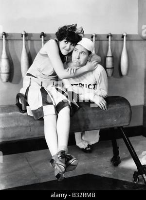 Junge Frau umarmt einen jungen Mann auf einem Pferd - Stockfoto