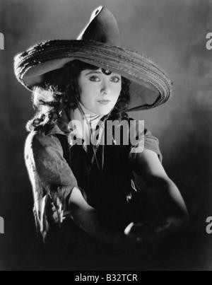 Porträt einer jungen Frau, die einen mexikanischen Hut - Stockfoto