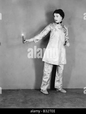Junge Frau mit einer Kerze - Stockfoto