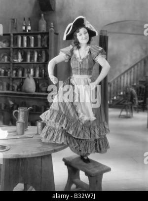 Junge Frau mit einem Buccaneer Hut Tanz auf einem Stuhl - Stockfoto