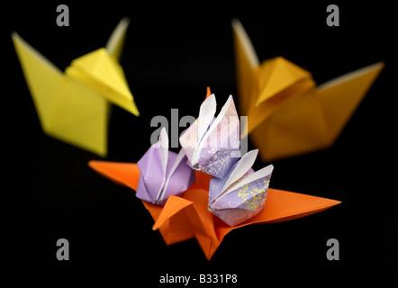 Origami-Krähen, einen Kran und Kaninchen. - Stockfoto