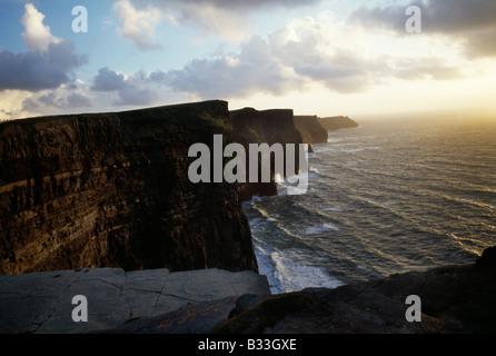 Twilight-Blick auf die Klippen von Moher - Stockfoto