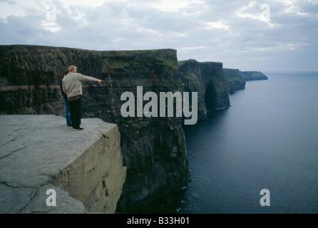 Ein paar nimmt in der Ansicht von den Cliffs of Moher an der irischen Küste. - Stockfoto