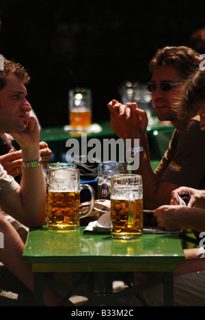 Europa, Deutschland, Bayern, München, englischer Garten, chinesischer Turm, Biergarten, Biergarten - Stockfoto