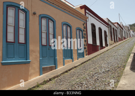 Eine Reihe von einstöckigen Häuser verstärkt auf einer gepflasterten Straße in Santo Domingo de Garafia-La Palma - Stockfoto