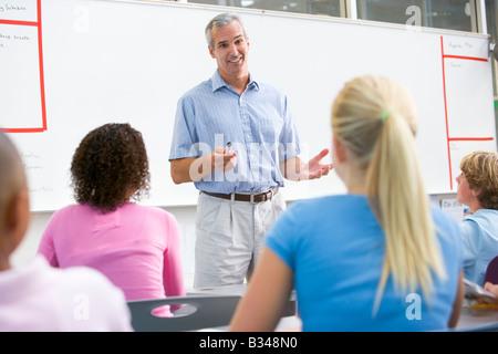 Zudringlicher Lehrer fickt seine Schlerin im Klassenzimmer