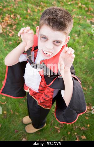 Kleiner Junge im Freien tragen Vampir Kostüm für Halloween - Stockfoto