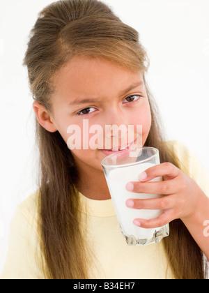 Junges Mädchen Glas Milch - Stockfoto