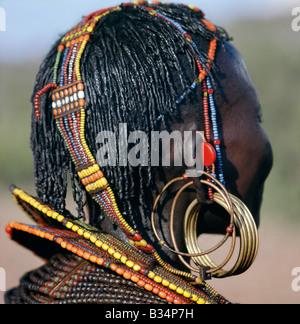 Kenia, Kapenguria, Chepararia. Eine Nahaufnahme einer Pokot Frau Ohrringe, Frisur und Perlen Schmuck.  Nur verheiratete - Stockfoto