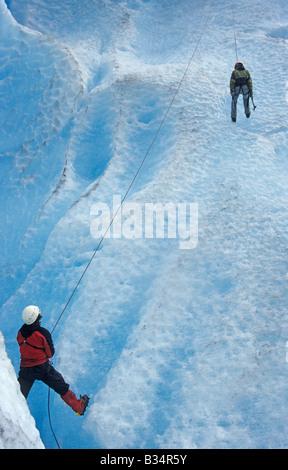 Frau lernt Eisklettern auf dem Gletscher Briksdalsbreen Zunge des Jostedalsbreen, Norwegen - Stockfoto
