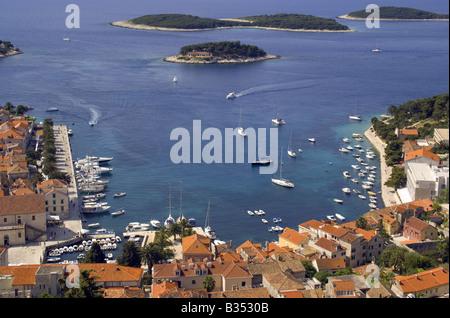 Hafen von Hvar, gesehen von der Festung Spanjola oben, auf der Insel Hvar - Stockfoto