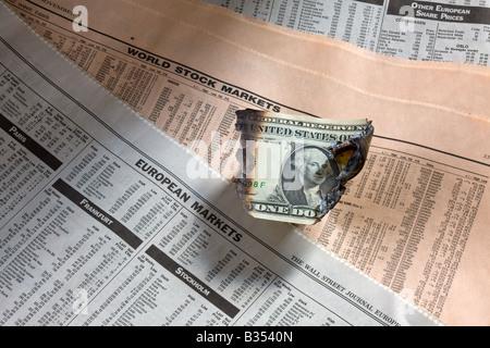 EINE VERBRANNT US-DOLLAR-SCHEIN AUF FINANZIELLEN PAPIERE - Stockfoto