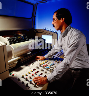 Männliche Techniker Betrieb eines Lasers drum Scanner in einer kommerziellen Druckerei - Stockfoto