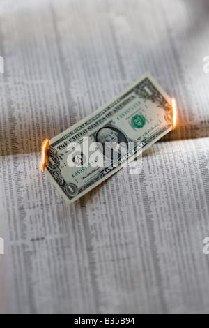 EINEM US-DOLLAR BILL AUF FINANZIELLE PAPIER VERBRENNEN - Stockfoto