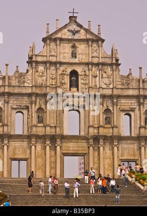MACAU CHINA - Touristen an den Ruinen der St. Pauls, die Überreste der größten Kirchen Macaus, gebaut im Jahre 1602. - Stockfoto