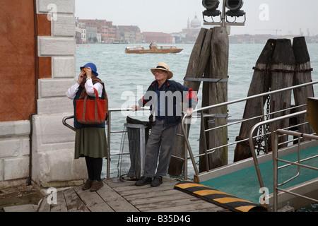 Älteres Ehepaar vor dem Betreten einer Fähre nach San Giorgio, Italien - Stockfoto