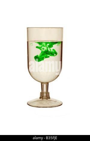 Grüne Tinte in ein Glas Wasser - Stockfoto