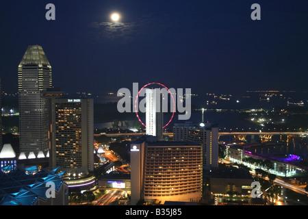 Singapur Skyline bei Nacht Hafenseite und Esplanade mit einem Vollmond, Singapur, Südostasien - Stockfoto