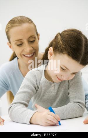 Die junge mutter und ihre kleine tochter zeichnen mit for Sofa zeichnen kinder