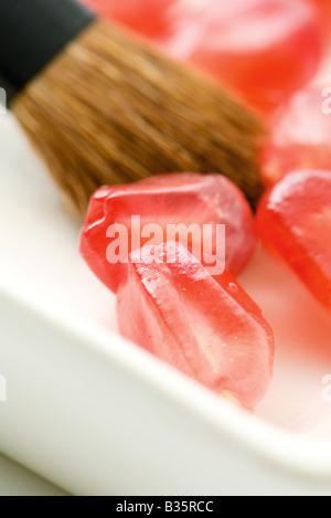 Frischen Granatapfelkernen und Make-up Pinsel, extreme Nahaufnahme - Stockfoto