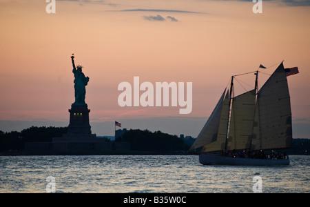 Freiheitsstatue und Segelschiff Hafen von New York - Stockfoto