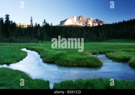 King s Bach fließt unter Mount Lassen s gezackte Gipfel Mount Lassen Volcanic Nationalpark Kalifornien - Stockfoto