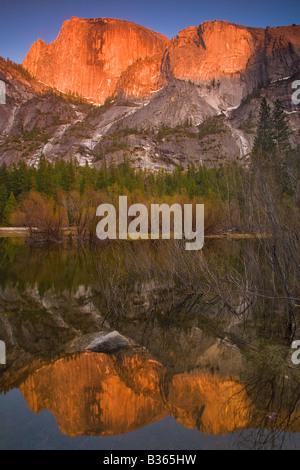 Half Dome spiegelt sich in Mirror Lake Yosemite Nationalpark, Kalifornien USA - Stockfoto