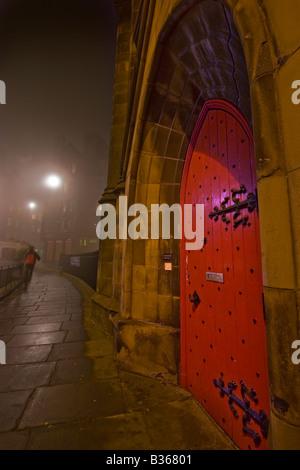 Roten Kirchentür auf Johnstone Terrasse Edinburgh in einer nebligen Nacht - Stockfoto