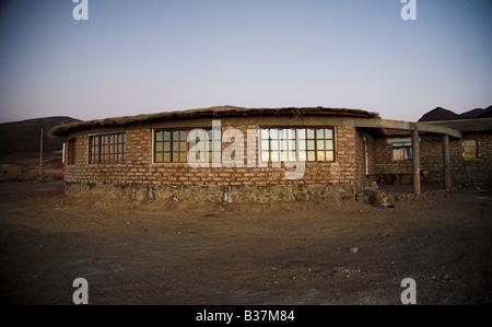 """Sonnenaufgang auf das neueste """"Salz-Hotel"""" in der Nähe von Uyuni in Bolivien, wo alles Salz gemacht wird. - Stockfoto"""